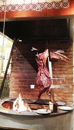 東京都・六本木にブロック肉を薪で焼き上げるメキシカングリルがオープン
