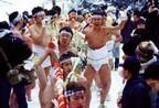秋田県の真冬の奇祭、水をかぶり日本海の寒風を裸で受け止めて神社に参拝!