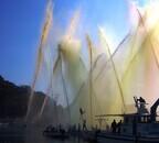 岡山県で現代の源平合戦! 消防団員による放水合戦は5色の水が舞う!