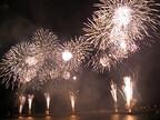 静岡県熱海市で、四季折々の夜空を花火が彩る「海上花火大会」を開催
