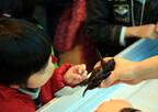 鴨川シーワールド、アカウミガメの子供に触れられるイベントを実施