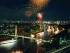 船渡御に奉納花火。大阪府・大阪天満宮で、日本三大祭のひとつ「天神祭」