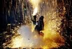 愛知県豊橋市で、手筒花火を壮大なスケールで展開する「炎の祭典」開催