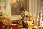 三浦友和、怒りぶつけるドラム演奏姿を披露 -『就活家族』今夜スタート