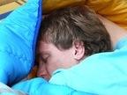 寝苦しい夏でも、これで快眠!?8つの睡眠ポーズ「ヒトデ型:顔の吹き出物に」「胎児型:いびきの人に」