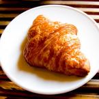 クロワッサンが三日月形をしているのはなぜ? 酔っぱらいの鮭から納豆の語源まで、朝食トリビア4選!