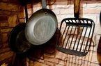 台所の収納をよりよく使う方法とは?「まな板は壁を利用」「フライパンは重ねない」