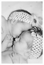 生まれたばかりの双子の赤ちゃん、すでにお互いをかけがえの無い存在として認識ーフランス