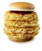 どう食べる!? 大反響のロッテリア『大勝軒 元祖つけ麺バーガー』に、麺パティを4枚のメガ盛登場