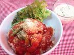 うさぎシュークリームのニコラ丼が週替わりで毎週新作! 今週は「2種類のハーブを使ったスペシャルソース!鶏肉とタイムとローリエのトマト煮」