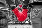 ラブラブ手繋ぎで心も体もぽかぽか♪ 恋する手つなぎ手袋「GLOVERS」