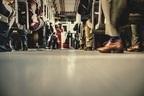 まわりの迷惑考えて!! 男性が電車でイラっとした隣の人の行動4つ!「コロッケ食べ出した」