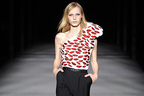 サンローラン 2014年春夏コレクション - タイトで挑発的な装いにポップさと意外性を加えて