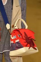 アンダーカバー16年秋冬、バイオリンやハチをモチーフにした新作バッグ