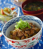 今日の献立は「ひき肉とナスのピリ辛みそ丼」 E・レシピ