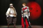 吉田鋼太郎と松坂桃李、シェイクスピア劇で年の離れた悪友を好演。