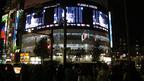 東方神起のライブ映像街頭ビジョンにファン熱狂
