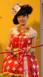 スパガの前島亜美が昭和のプレミアムおもちゃと共演