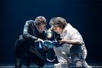 綾野と成宮、前田らが蜷川の舞台で魅力を発揮