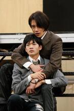 ふたりの青年の甘美で残酷な愛の物語、開幕