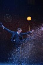 12トンの雨が降る!ミュージカル「雨に唄えば」開幕