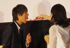 川口春奈、公開キスの次はケーキを「あ~ん」