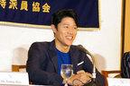 鈴木亮平、流ちょうな英語あいさつで記者から拍手