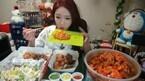 カメラの前で食べるだけ! 毎月90万円を稼ぐ韓国の大食い美女が話題