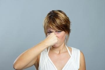 最近枕が臭い…妻が感じる夫の加齢臭あるあるまとめ