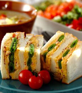 スナップエンドウとスクランブルエッグのサンドイッチの献立