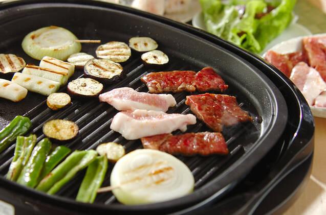 ホットプレートの上に並ぶ、肉や野菜