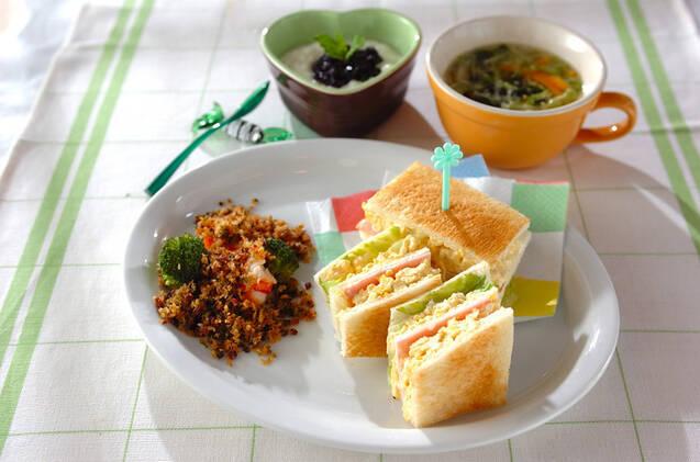 レンジで加熱した卵を潰し、マヨネーズで和えハムやレタスで挟んだサンドイッチ。