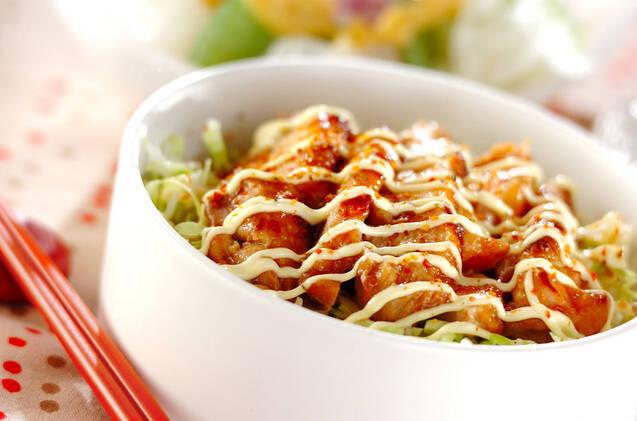 鶏肉を梅肉やはちみつ、酒や醤油に漬けて焼き、マヨネーズをかけてこってり味のひと品。お好みで七味唐辛子を振っていただく。