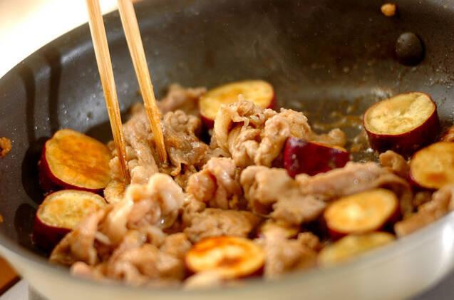 サツマイモと豚肉の炒め物の作り方の手順5