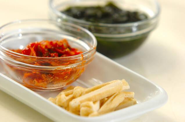 キムチと油揚げのみそ汁の作り方の手順1