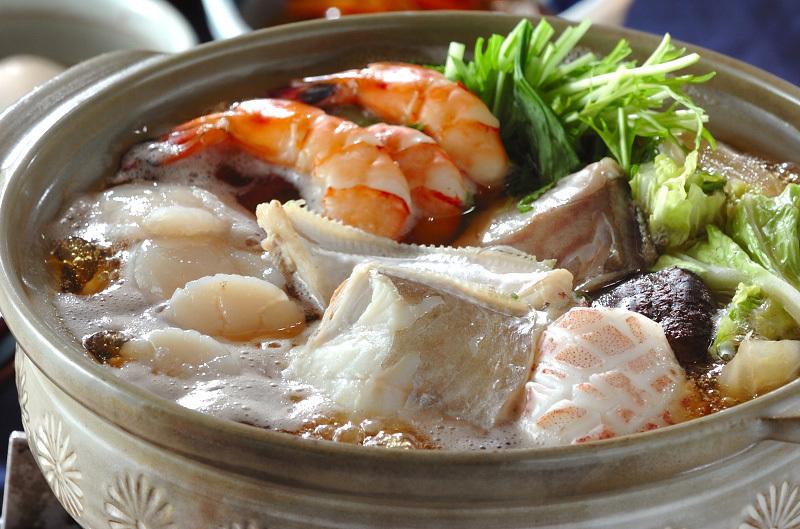 土鍋の中の水菜の海鮮鍋