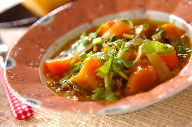 キュートなお皿に盛りつけたかぼちゃのエスニックそぼろ煮