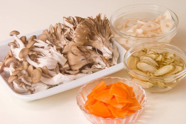 キノコと根菜の炒めものの作り方の手順1