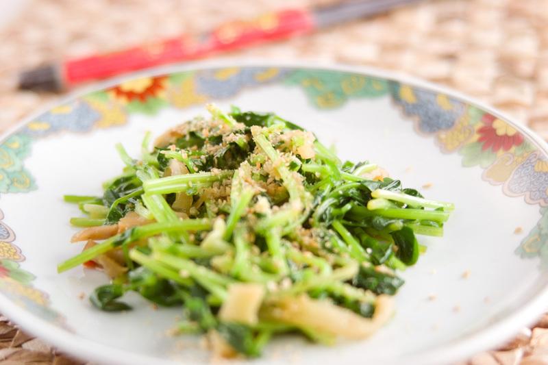 中華皿に盛り付けた豆苗とザーサイのサラダ