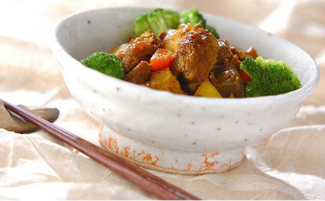 和食器に盛った、牛すじとじゃがいも、ニンジン、ブロッコリーのカレー煮