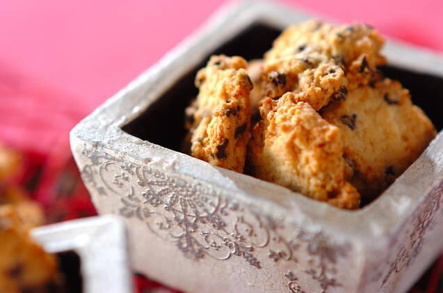 器に入れたチョコレートのドロップクッキー