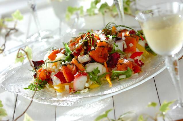 ガラスのお皿に盛られたサーモンのサラダ