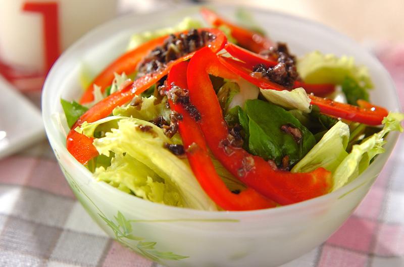半透明なボウルに盛られたサラダ