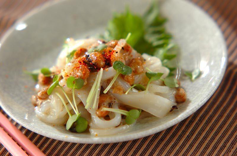和食器に盛られたイカ昆布納豆