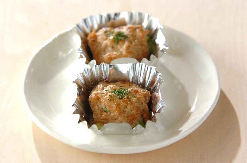 白いお皿に盛られたアスパラとツナのカップ焼き