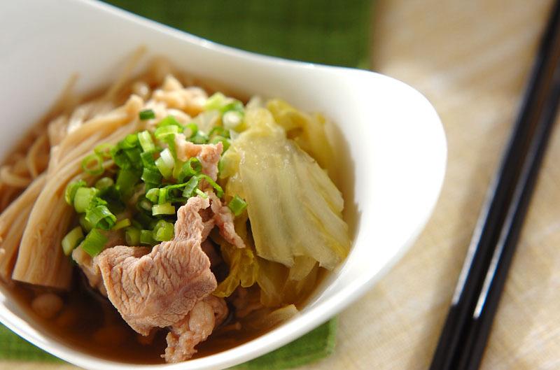 小皿にきれいに盛られた豚肉・白菜・えのきの煮物