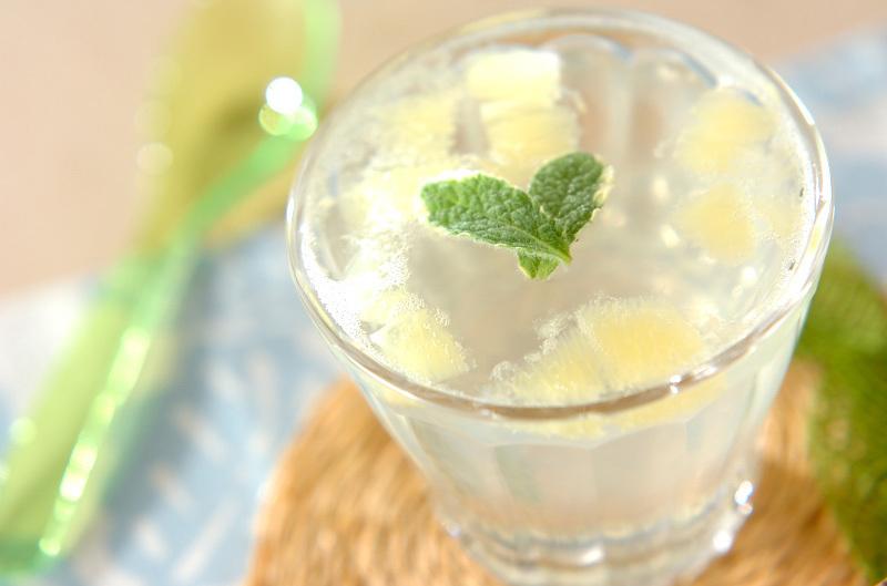 透明なカップに入ったレモンソーダゼリー