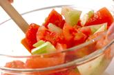 セロリとトマトのサラダの作り方1