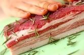 豚バラ肉のハーブ焼きの下準備1