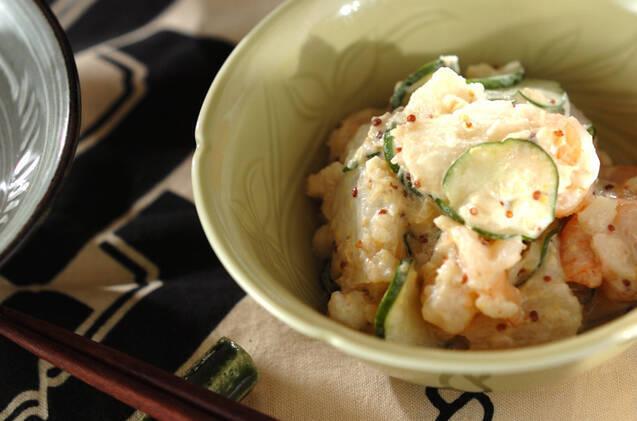 丸い小鉢に入ったエビと長芋のサラダ